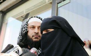 Anne, une Française de confession musulmane répond aux questions des journalistes aux côtés de son conjoint après avoir été verbalisée au volant pour port du niqab, vendredi 23 avril 2010.