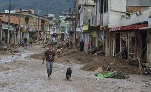 Dans les décombres de Mocoa, où 200 personnes ont trouvé la mort après une immense coulée de boue, dimanche 2 avril 2017, les secours tentent d'aider les survivants.