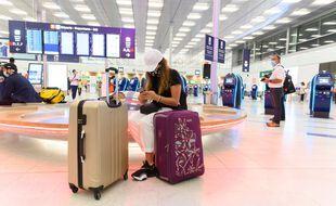 Une passagère attend son vol à l'aéroport d'Orly.