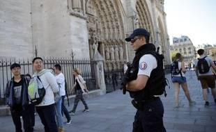 Un policier devant Notre-Dame de Paris après l'attentat déjoué de la voiture à la bonbonne de gaz.