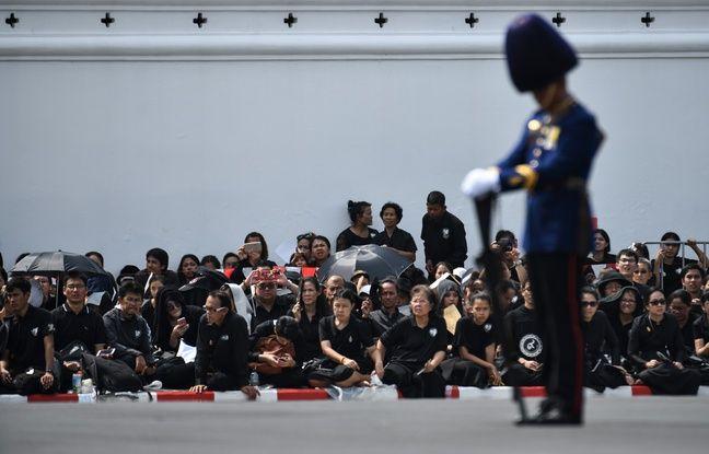 nouvel ordre mondial   Thaïlande: Sujets agenouillés, palanquin doré... Les funérailles hors-norme du roi ont commencé