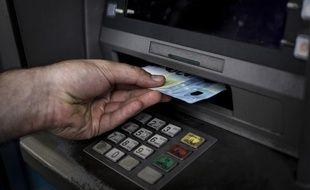 Les malfaiteurs branchent un ordinateur à l'unité centrale du distributeur pour déclencher la sortie des billets.