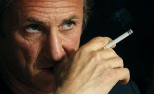 Sean Penn, président du jury du Festival de Cannes, fume une cigarette lors d'une conférence de presse le 14/05/2008.