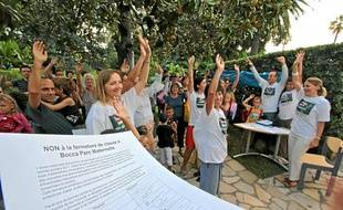 Vote à main levée hier matin devant la maternelle Bocca Parc, à Cannes.