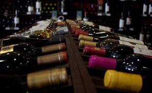 Un rayonnage de bouteilles de vin.