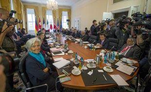 Les ministres des Finances et les gouverneurs des banques centrales du G7 (à g, la directrice générale du FMI Chritine Lagarde), avant le début de leur réunion du 28 mai 2015 à Dresde, dans l'est de l'Allemagne