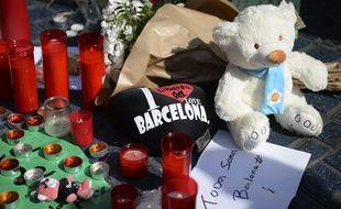Vendredi 18 août 2017, les bougies, petits mots, peluches et fleurs sont déposées par les passants sur les Ramblas après l'attentat de Barcelone.