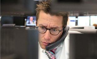Un trader observe les cours sur son ordinateur à Francfort en Allemagne le 8 août 2011.