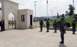 Des soldats turcs gardent l'entrée du mémorial de Souleïmane Shah, le grand-père du fondateur de l'empire ottoman.