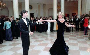 L'acteur John Travolta et la princesse Diana pendant leur célèbre danse à la Maison Blanche en 1985