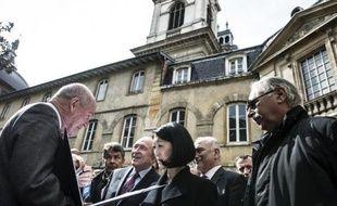La ministre française de la Culture Fleur Pellerin (c) écoute le 3 avril 2015 les explications de l'architecte en chef des Monuments historique Didier Repellin (g) durant sa visite du Grand Hôtel-Dieu de Lyon avant le début des travaux de rénovation