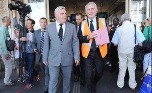 Guillaume Pépy, président de la SNCF et Frédéric Cuvillier, ministre des Transports ont observé une minute de silence après le drame ferroviaire de Brétigny-sur-Orne.