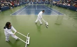Quand il pleut à l'US Open, on chasse l'eau des courts au lieu de jouer au tennis. Le 11 septembre 2009.