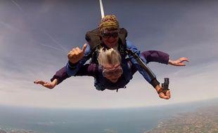 Une grand-mère de 92 ans a sauté en parachute au-dessus de la Bretagne.