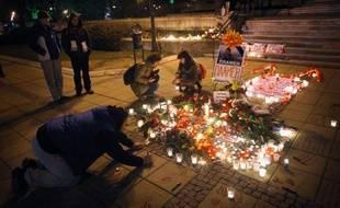 Une centaine de bougies allumées et des monceaux de fleurs barrent l'entrée de la mairie de Varna, dans l'est de la Bulgarie, à la mémoire de Plamen Goranov, 36 ans, dont la mort à la suite d'une immolation par le feu en a fait le symbole des protestations contre la corruption des élites politiques.