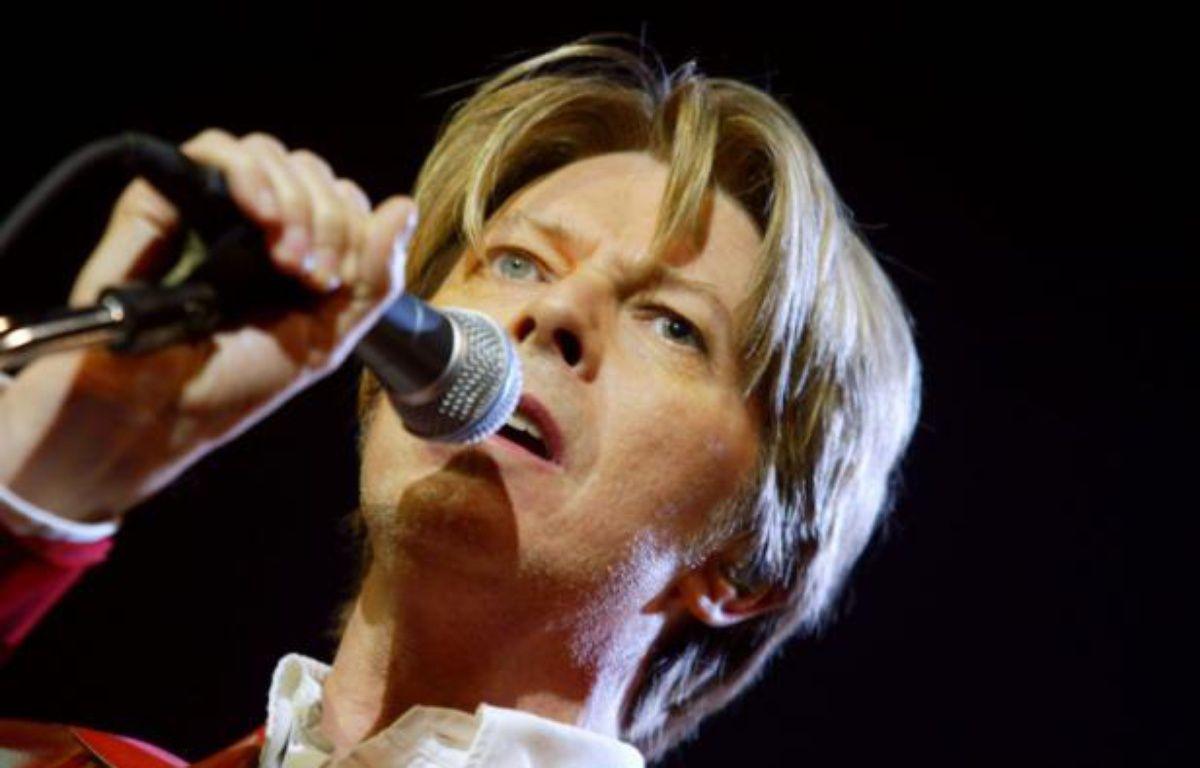 Le chanteur britannique David Bowie se produit, le 24 septembre 2002,  sur la scène du Zénith à Paris. – MARTIN BUREAU AFP