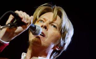 Le chanteur britannique David Bowie se produit, le 24 septembre 2002,  sur la scène du Zénith à Paris.