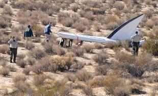 Des membres du Bureau national de la sécurité dans les transports (NTSB) autour de la queue du vaisseau SpaceShipTwo de Virgin Galactic qui s'est écrasé dans le désert californien, le 1er novembre 2014 près de Cantil