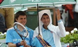 Le Serbe Novak Djokovic avec un ramasseur de balle, le 26 mai 2014, à Roland-Garros.
