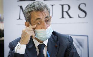 Nicolas Sarkozy se met le doigt dans l'œil.