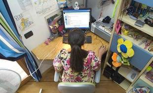 Une adolescente surfant sur Internet.