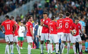 Les joueurs anglais en attente de la décision de l'arbitre d'interrompre ou non le match, quiest finalement allé au bout des 90 minutes.
