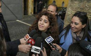 La consultante italienne Francesca Chaouqui (c), accusée avoir livré des documents confidentiels à des journalistes, parle aux journalistes, le 15 mars 2016 lors d'une suspension du procès Vatileaks