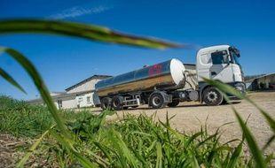 Le camion pour le ramassage quotidien du lait près de Périgné, dans les Deux-Sèvres, le 18 mars 2015