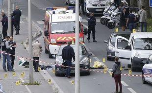 Policiers et pompiers sur les lieux où un policier a été gravement blessé à la tête, le 5 octobre 2015 à Saint-Ouen (Seine-Saint-Denis).