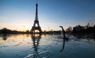 A man swims in the frozen water of the Trocadero fountain in front Eiffel Tower, on January 6, 2017 in Paris.  / AFP PHOTO / OLIVIER MORIN