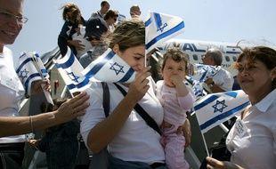 De nouveaux immigrants juifs de France à la sortie de leur avion à l'aéroport de Jérusalem.