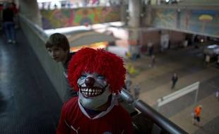 Un supporter de foot porte un masque de clown effrayant au Chili, le 23 juin 2014