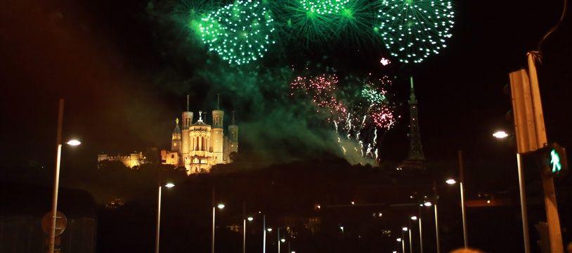 Lors d'un feu d'artifice à Lyon projeté depuis la colline de Fourvière. Illustration.