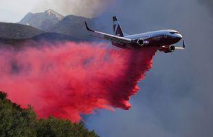 Un avion-citerne largue un retardateur sur un incendie de forêt le mercredi 13 octobre 2021 à Goleta, en Californie.