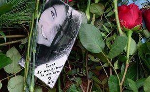 Des fleurs et une photo sont posées le 3 décembre 2014 à Bad Soden-Salmünster sur la tombe de Tugce Albayrak, une étudiante d'origine turque frappée après avoir défendu deux adolescentes