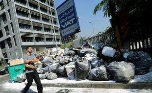 Un homme passe devant un tas d'ordures, à Beyrouth, le 23 juillet 2015