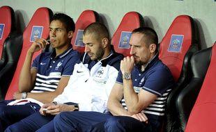 Varane, Benzema et Ribéry sur le banc pendant le match contre le Paraguay, l 1er juin 2014.
