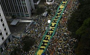 Des manifestants réclament le 16 août 2015 à Sao Paulo le départ de la président de gauche Dilma Rousseff