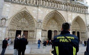 Des pompiers près de la cathédrale Notre-Dame à Paris, mardi 16 avril.