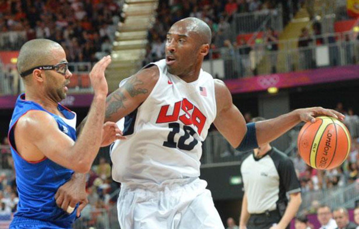 Tony Parker face à Kobe Bryant, le 29 juillet 2012, à Londres. – MARK RALSTON / AFP