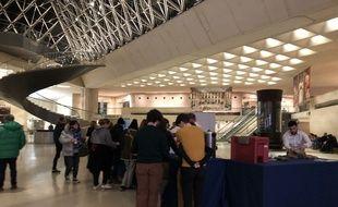 Après la visite de l'exposition, de nombreux spectateurs se laissent tenter par une petite collation offerte par le musée.