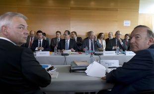 Les partenaires sociaux réunis autour du président de la République lors de la conférence sociale des 7 et 8 juillet 2014, à Paris. A gauche, Thierry Lepaon (CGT), à droite Pierre Gattaz (Medef).