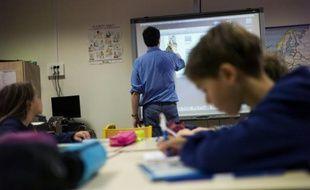 Un professeur utilise un tableau blanc tactile dans une école élémentaire parisienne, le 9 septembre 2014