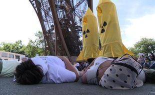 Plusieurs dizaines d'opposants à l'armement nucléaire ont fait les morts mercredi sous la Tour Eiffel, à l'occasion du 67ème anniversaire des bombardements d'Hiroshima et de Nagasaki, qui ont tué quelque 200.000 personnes.