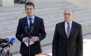 Manuel Valls et Barnard Cazeneuve sur le perron de l'Elysée le 22 avril 2015.