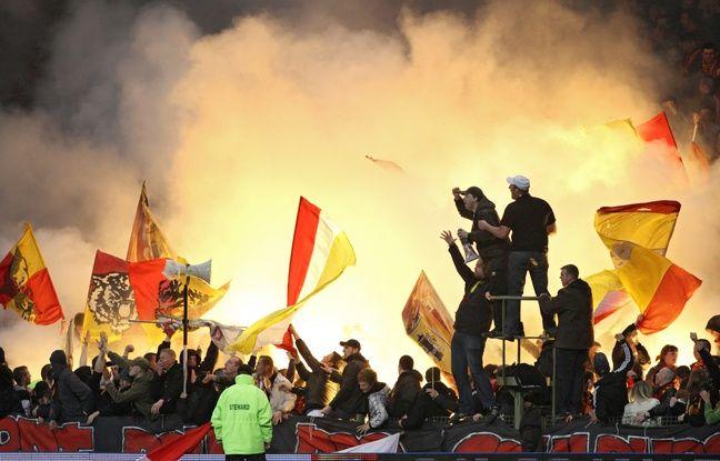 Lens, le 3 avril 2011. Match comptant pour la 29me journŽe du championnat de Ligue 1 de football opposant le RC Lens (RCL) ˆ l'Olympique de Marseille (OM) au stade FŽlix Bollaert. Ici un fumigne dans la tribune des supporters lensois.