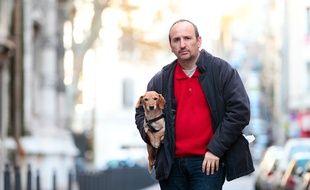 Marseille le 18 décembre 2012 - L'écrivain Serge SCOTTO et son chien Saucisse