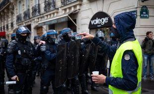 Un «gilet jaune» face à des policiers, samedi 2 mars à Paris.