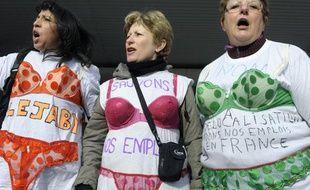 Des employées de l'usine Lejaby manifestent devant leur usine à Rillieux-la-Pape, le 12 avril 2010.