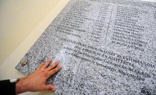 Plaque commémorative portant le nom d'élèves du lycée Szechenyi morts en déportation, à Pecs dans le sud de la Hongrie le 16 avril 2014